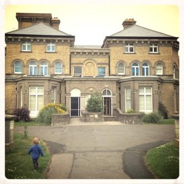 little-boy-running-towards-hove-museum