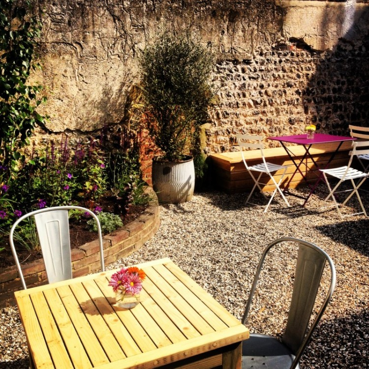 tables-and-planting-in-a-cafe-garden